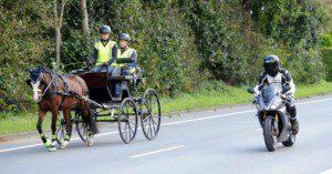 Motorradfahrer sollten beim Überholen einer Kutsche genügend Abstand halten und ihre Maschine nicht laut aufdrehen lassen. Foto: Lehmann/FN-Archiv