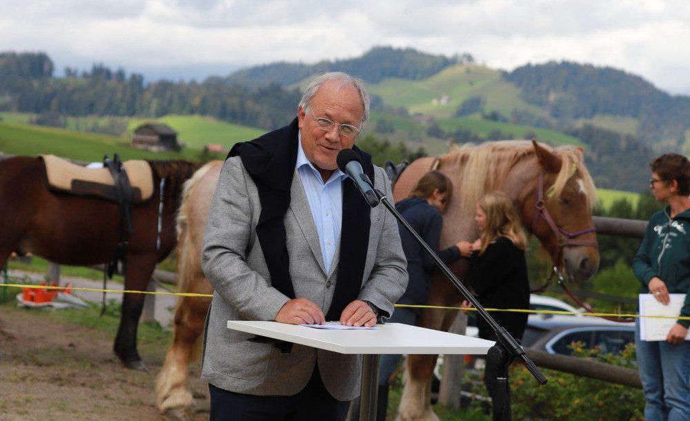 Alt-Bundesrat Johann Schneider-Ammann lobt die spürbare Passion für die Arbeit mit Kindern und Pferden im Sonderschulinternat Hemberg (Foto: PD)