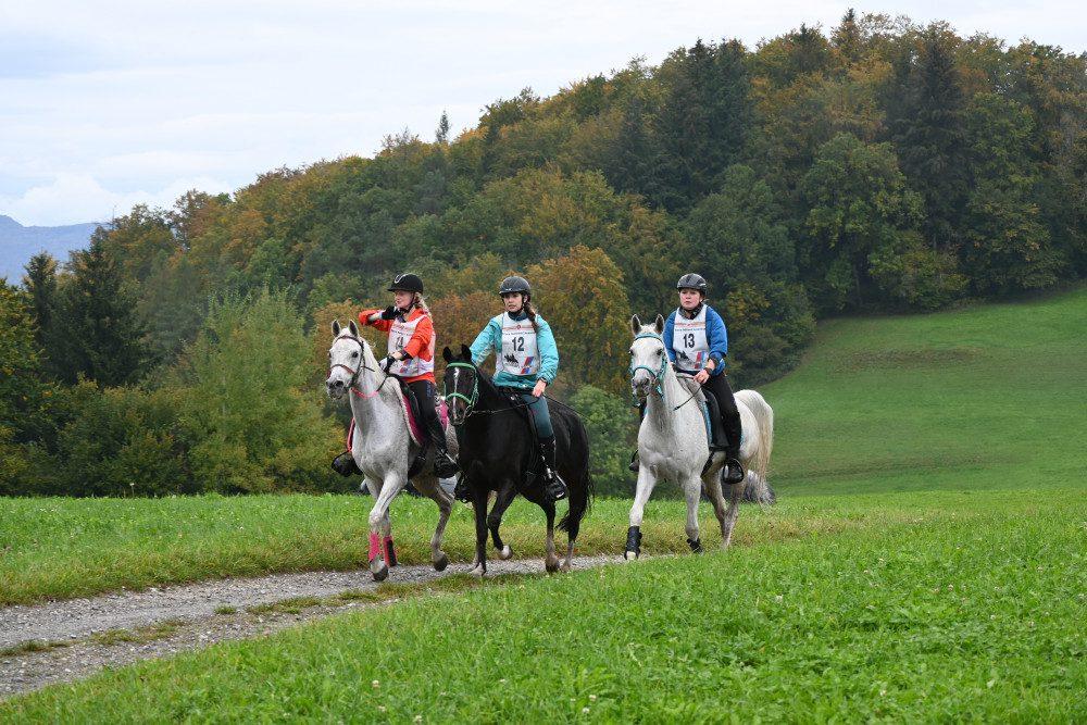 Endurance Schweizer Meisterschaften 2020: Die drei Nachwuchsreiterinnen kurz vor dem Ziel: Anouka Vielhauer, Lisa Burri und Seline Unternährer (v.l.n.r.).