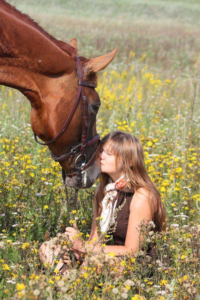 Laut aktueller Studie ist der typische aktive Reiter eine Reiterin, 38 Jahre alt, gut ausgebildet, voll berufstätig und verfügt über ein überdurchschnittliches Haushaltsnettoeinkommen. Hoch im Kurs: Die Beschäftigung mit dem Pferd ohne zu reiten. (by Virgonira, Can Stock Photo)