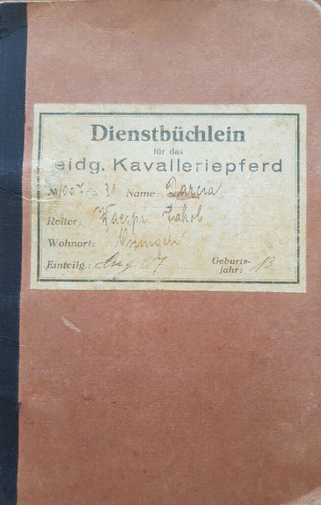 Dienstbüchlein des Kavalleriepferds Darcia 1007 + 31,geboren 1926, 157 cm gross, im Dienst von 1932 bis 1941 der Armee.Besitzer war Dragoner Jakob Wespi aus Ossingen,Landwirt, er kaufte das Pferd zum Preis von CHF 1600.—davon musste er 800.—selber bezahlen. (Bild zVg)