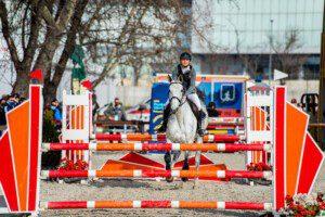 Das Reiten findet auf dem Areal des Nationalen Pferdezentrums (NPZ) statt. Die Pferde werden vom Veranstalter gestellt und den Athletinnen und Athleten zugelost. Bild: UIPM, Virág Buza